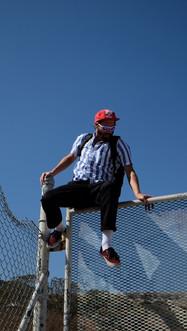 Ein Mann klettert über einen Zaun in Kalifornien, USA