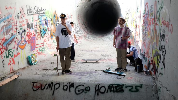 Skater vor einem illegalen Skate Spot in Kalifornien, USA