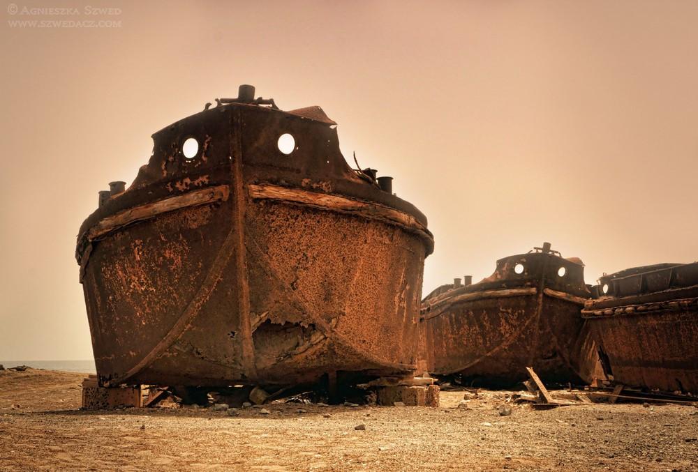 wreck-boats-on-island-beach-in-Pedra-Lume