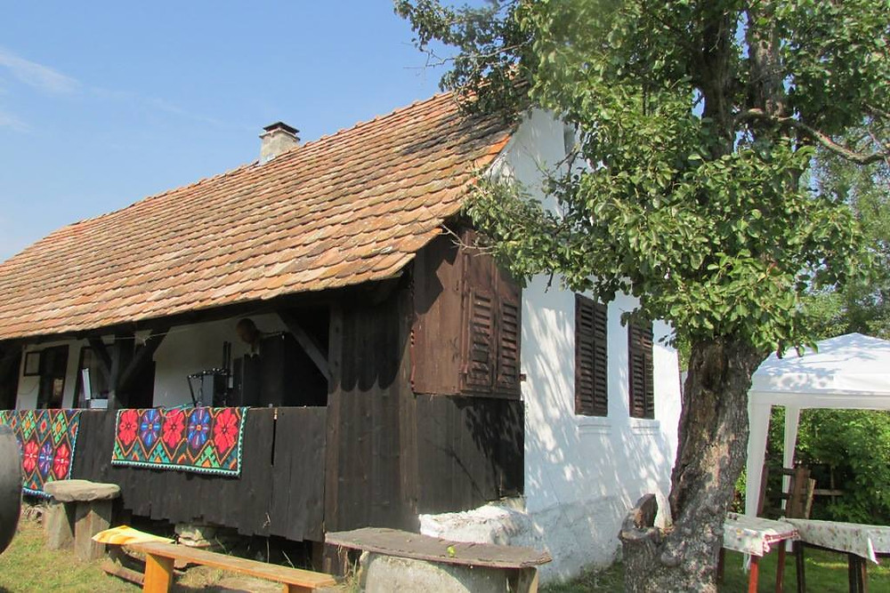 Rustic-house-and-organic-farming-in-Romanian-villages-from-Transylvania