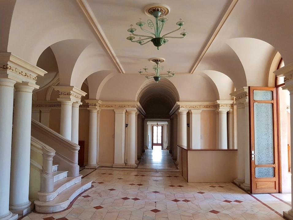 Hol-intrare-principala-Centrul-de-Conferinte-de-la-Palatul-Ceausescu-din-Snagov