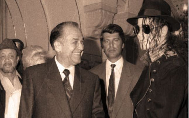 former-Romania-president-Ion-Iliescu-with-Michael-Jackson-in-1992-at Cotroceni-Palace-Bucharest