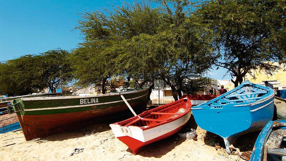 colorful-fishing-boats-on-Pedra-Lume-beach