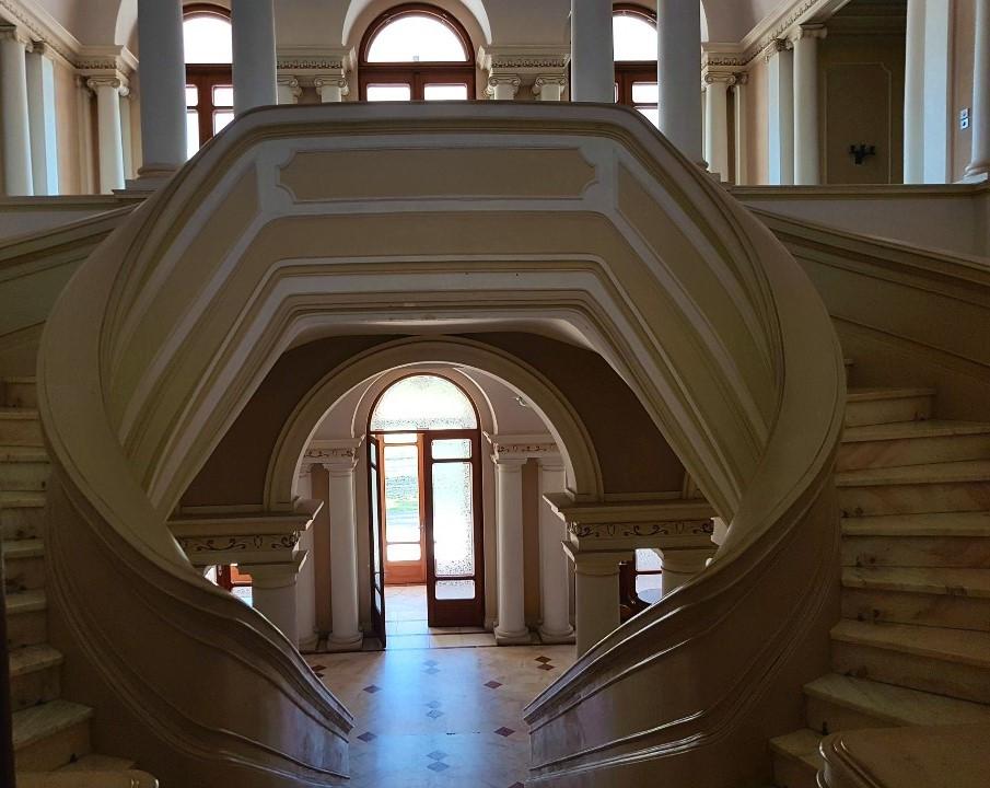 vedere-detalii-scari-intrarea-principala-in-Centrul-de-Conferinte-Palatul-Snagov
