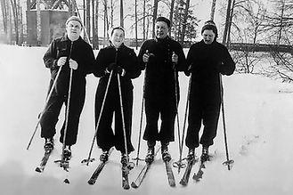 Евгения Андреевна иЕфим Павлович Славские(в центре)
