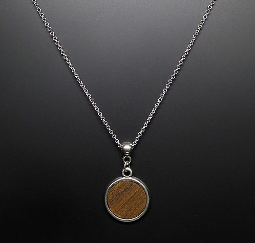 Short necklace of wood