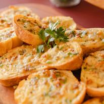 Torradas de Alho: servida como acompanhamento do Couvert Zio Vito, Salada da Casa e das Sopas.