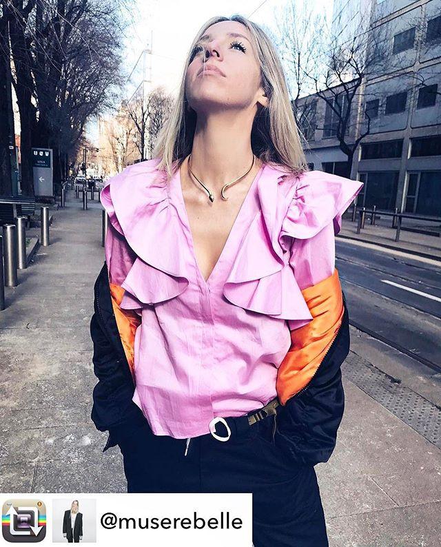 Pretty in Pink _Alexandra Drakou_ knows how to wear it best ⭐️ #SthenoSnakeChoker _milano_streetstyle__#choker #necklaces #18kgold #greentsa