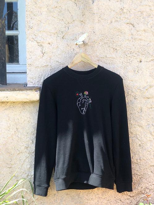 Sweat noir en coton bio brodé d'un coeur fleuri