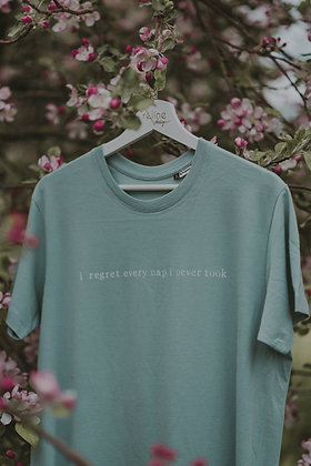"Pasteļtoņu t-krekls ""i regret every nap i never took"""