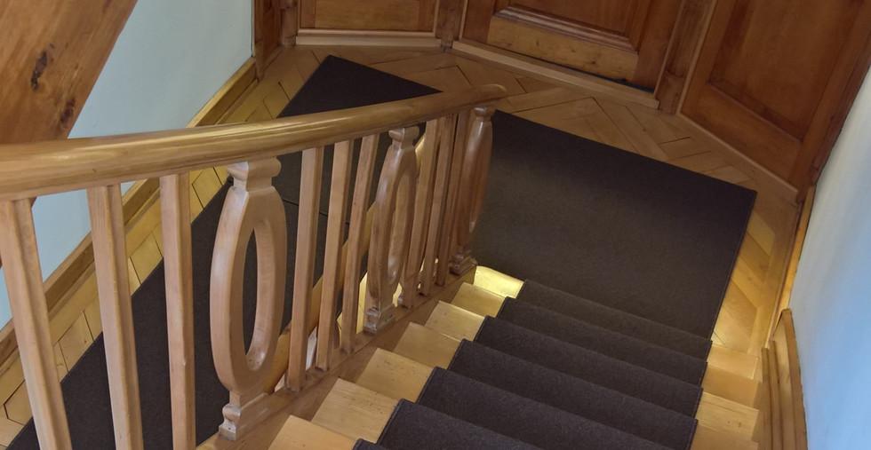 Teppichläufer auf Holztreppe