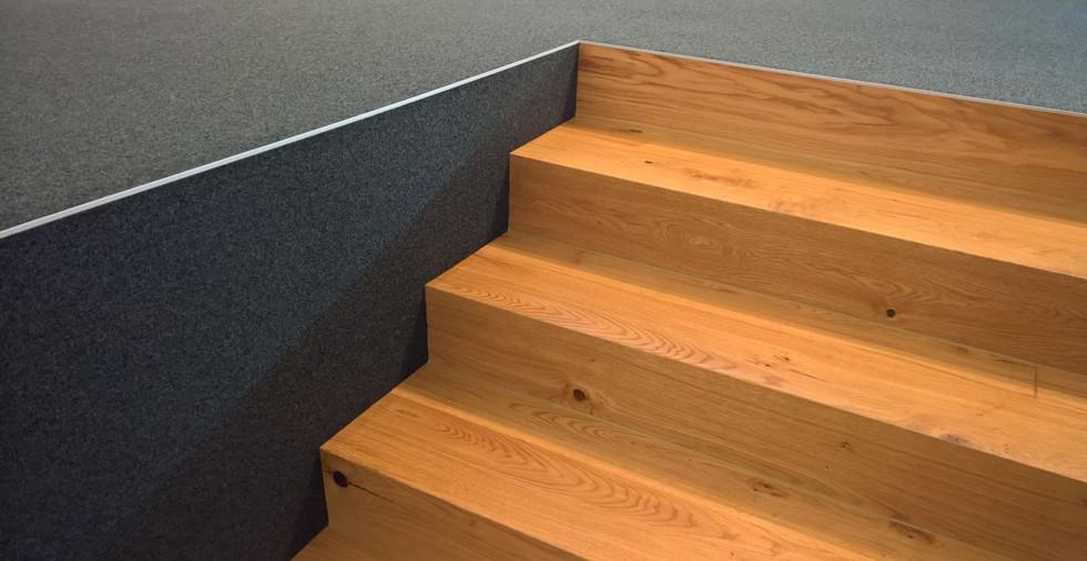 Teppich und Holztreppe Eiche