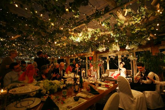 ぶどうの木の下でウェディングパーティー