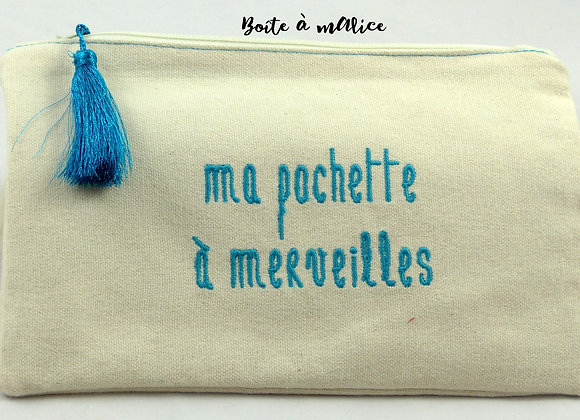 Pochette brodée ma pochette secrète bleue