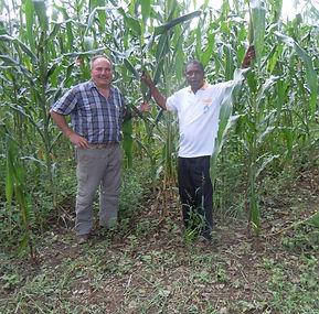 Josef Vogt und Pater Thomas Msagati in Hale, Tansania