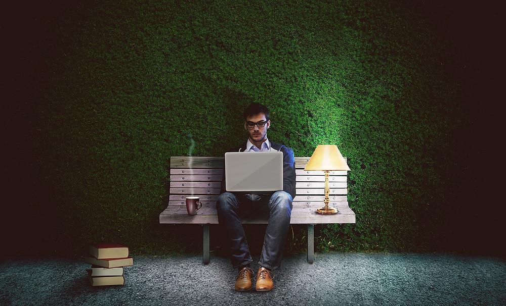 escritor pesquisando para escrita de romance