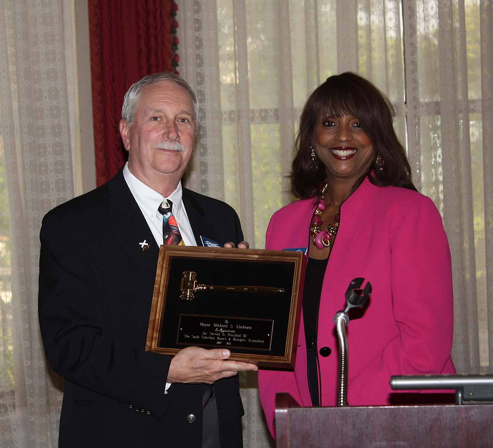 SSMMA President-Elect Mayor Debbie Meyers Martin of Olympia Fields presents outgoing SSMMA President Mike Einhorn, mayor of Crete, with a plaque expressing appreciation for his faithful year of service in 2014-2015.