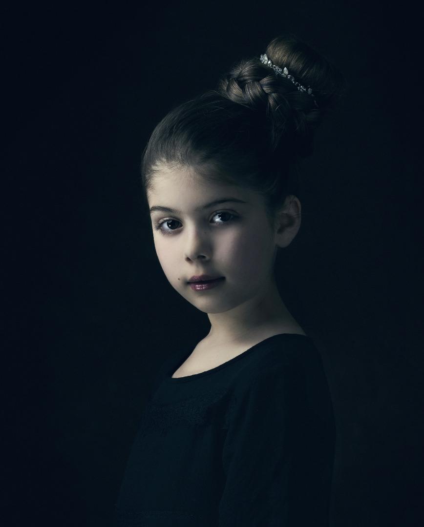 PORTRÄTT_-_YOUTHFUL_ELEGANCE81p