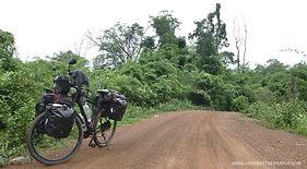 En ruta dentro del Parque Natural de Virachey. La vuelta al mundo en bicicleta del fotógrafo humanitario Joseba Etxebarria.
