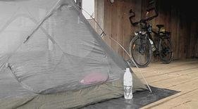 Acampada en una comisaría de policía durante la vuelta al mundo en bicicleta del fotógrafo humanitario Joseba Etxebarria.