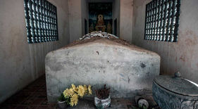 """El fotógrafo humanitario Joseba Etxebarria, durante su vuelta al mundo en bicicleta, visita en Camboya la tumba de Ta Mok, genocida y uno de los principales líderes de los jemeres rojos. Conocido en Camboya por el sobrenombre de """"el carnicero""""."""