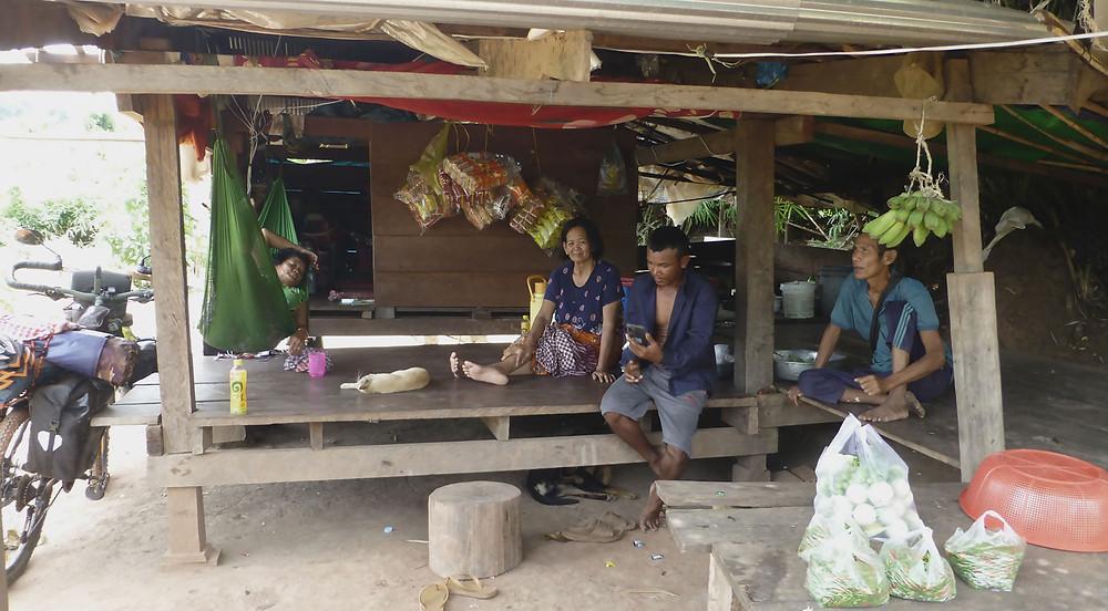 Familia camboyana en la ruta por la cordillera de Cardamomo en Camboya. La vuelta al mundo en bicicleta a favor de los Derechos Humanos.