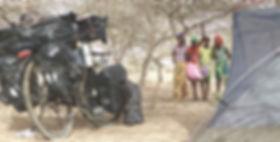 El fotógrafo humanitario Joseba Etxebarria en ruta por el Sahel senegalés durante la vuelta al mundo en bicicleta.