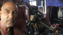 El fotógrafo activista por los Derechos Humanos Joseba Etxebarria de regreso en bus a Battambang durante la vuelta al mundo en bicicleta. Cicloturismo.