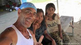 El fotógrafo humanitario Joseba Etxebarria en ruta hacia Kampot en su vuelta al mundo en bicicleta contra el incumplimiento de los Derechos Humanos.