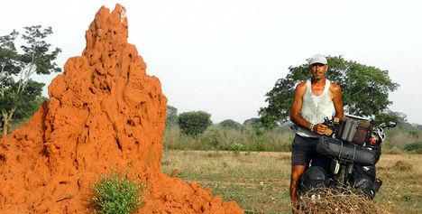 El fotógrafo activista por los Derechos Humanos en ruta por Senegal durante la vuelta al mundo en bicicleta.