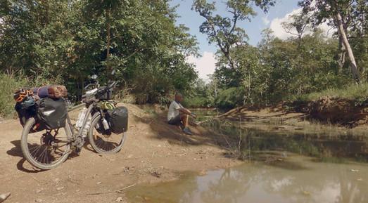 En ruta por el Parque Natural Kulen Prum Tep de Camboya en la vuelta al mundo en bicicleta del fotógrafo humanitario y activista por los Derechos Humanos Joseba Etxebarria.