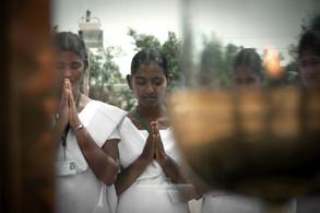 Rezando en tumba Vicente Ferrer   India