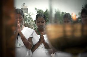 Rezando en tumba Vicente Ferrer | India