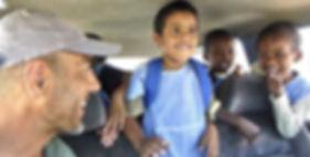 El fotógrafo activista por los Derechos Humanos con los niños de un orfanato en Mauritania durante la vuelta al mundo en bicicleta.