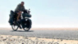 El fotógrafo humanitario Joseba Etxebarria en ruta por Sahara en la vuelta al mundo en bicicleta.