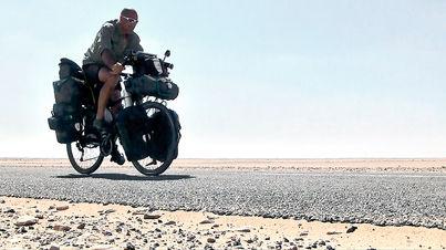 El fotógrafo activista por los Derechos Humanos Joseba Etxebarria, en ruta por Sahara durante la vuelta al mundo en bicicleta.