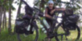 El fotógrafo humanitario Joseba Etxebarria en ruta por Camboya durante la vuelta al mundo en bicicleta.