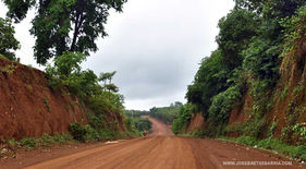 En ruta por el norte de Ratanak Kiri durante la vuelta al mundo en bicicleta del fotógrafo humanitario Joseba Etxebarria.