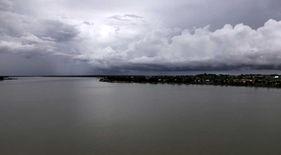 Joseba Etxebarria llega a la ciudad de Stung Treng durante su vuelta al mundo en bicicleta. En la ciudad confluyen los ríos Mekong y Kong.