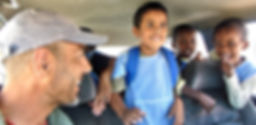 El fotógrafo humanitario internacional Joseba Etxebarria acompañando a la escuela a varios niños de un orfanato de Mauritania durante su vuelta al mundo en bicicleta.