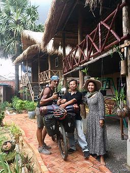 El fotógrafo activista por los Derechos Humanos Joseba Etxebarria a su llegada a la ciudad de Battambang en Camboya durante la vuelta al mundo en bicicleta. Cicloturismo.