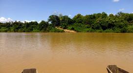 La vuelta al mundo en bicicleta | Cruzando el río Kong en la ruta hacia hacia el Parque Natural de Virachey en la provincia de Ratanak Kiri.