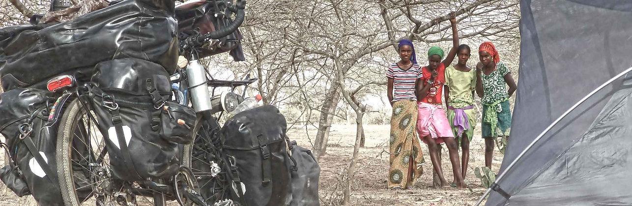 Acampada en el Sahel durante la vuelta al mundo en bicicleta del fotógrafo humanitario Joseba Etxebarria.