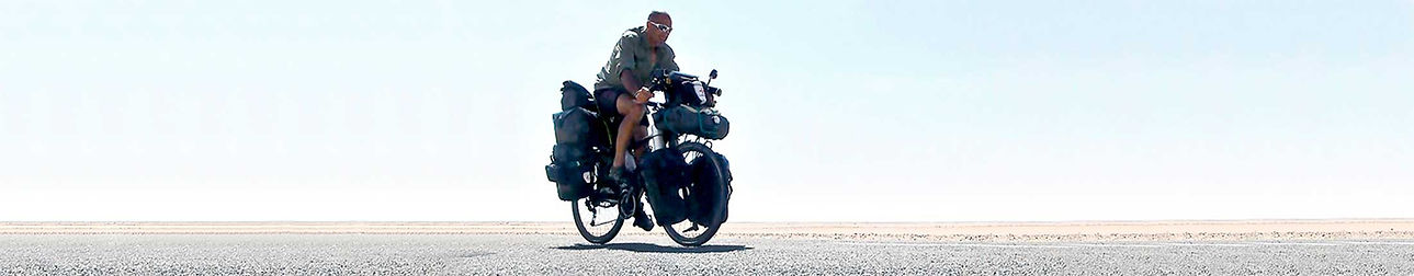 Hacia el Sur, la vuelta al mundo en bicicleta, es un proyecto solidario del fotógrafo humanitario Joseba Etxebarria.