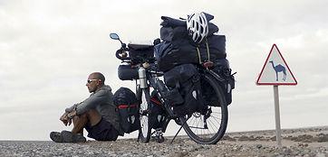 Hacia el Sur es el proyecto de vuelta al mundo en bicicleta del fotógrafo humanitario y activista por los Derechos Humanos Joseba Etxebarria.