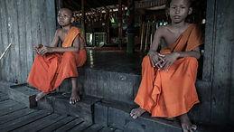 Monjes buditas en la última pagoda en la que dormí en Camboya. Vuelta al mundo en bicicleta por los Derechos Humanos. Joseba Etxebarria, fotógrafo humanitario.