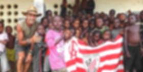 El fotógrafo activista por los Derechos Humanos de visita en una escuela del norte de Sierra Leona durante la vuelta al mundo en bicicleta.