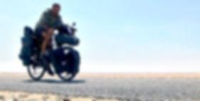 El fotógrafo activista por los Derechos Humanos en ruta por Sahara durante la vuelta al mundo en bicicleta.
