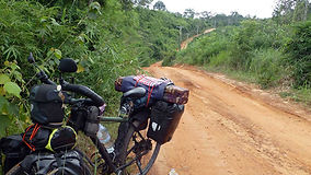 El fotógrafo activista por los Derechos Humanos Joseba Etxebarria en ruta por los montes Cardamomo de Camboya durante la vuelta al mundo en bicicleta. Cicloturismo.
