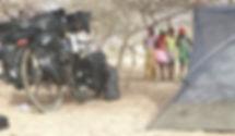 El fotógrafo humanitario internacional Joseba Etxebarria acampa en el Sahel senegalés durante su vuelta al mundo en bicicleta.